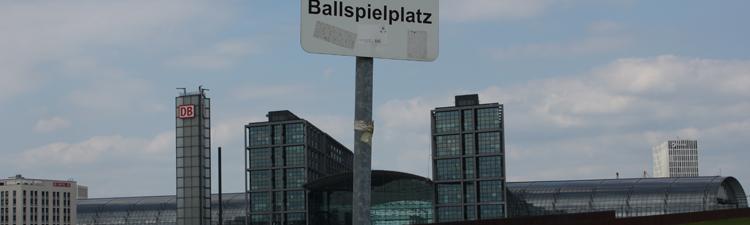 Ballspielplatz an der Spree mit dem Hauptbahnhof im Hintergrund
