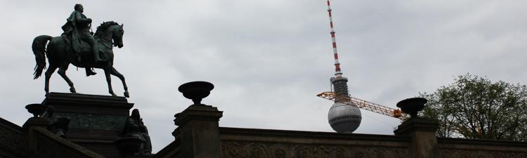 Kaiser vor der Alten Nationalgalerie blickt auf den Fernsehturm