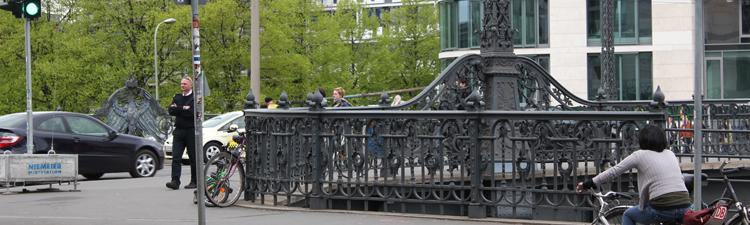 Die Weidendammer Brücke verbindet die beiden Spreeufer der Friedrichstraße in Berlin Mitte miteinander