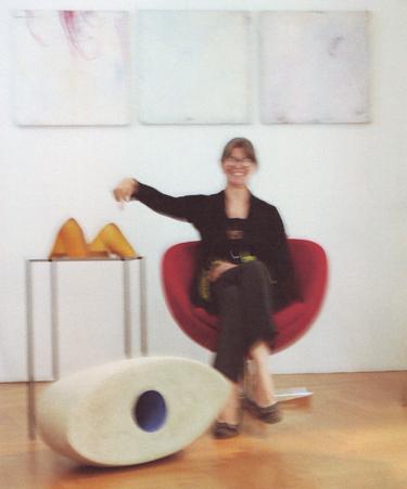 """5 Minuten Sammler sein mit dem Frauenmuseum Berlin und der Skulptur """"Ellenbogengesellschaft"""" von Esther Glück auf dem Tisch"""