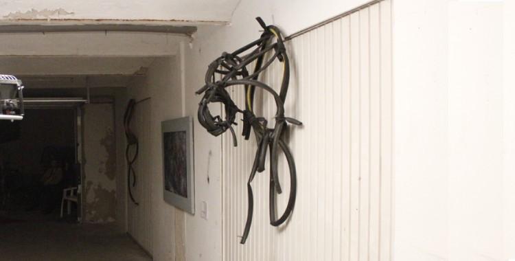 Zoltan Aladar Suhadja Wandinstallation aus Fahrradschläuchen in den artgaragen
