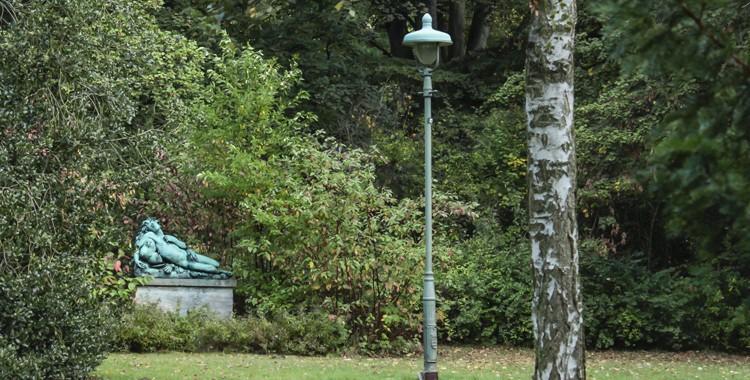 Bachus unter der Straßenlaterne und Wildwuchs in der Anlage - Ein Spaziergang durch den Stadtpark Steglitz
