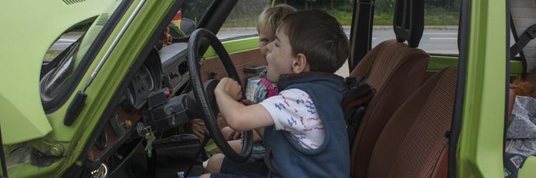 Wartburg 353 W - Kinder am Steuer